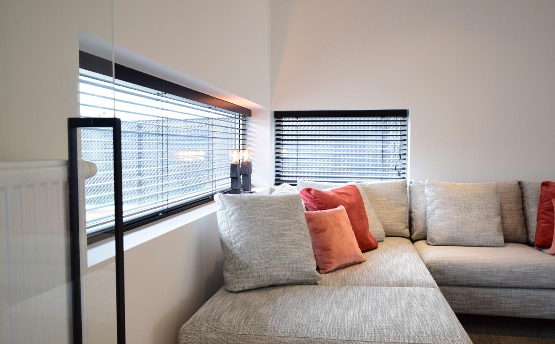 b&b italia, zalmkleur in interieur, grijze designzetel