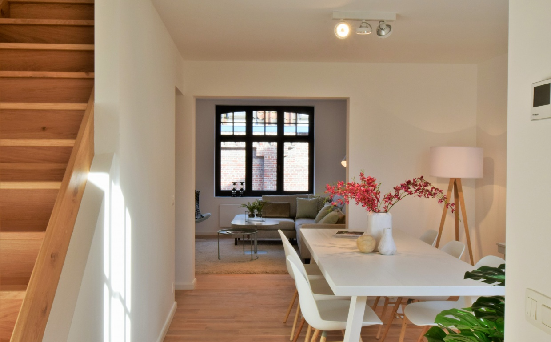vastgoedstyling, houten trappen brugge, mooie woonkamers in brugge, casanova vastgoedstyling, huur een interieur, zuiver, aframe