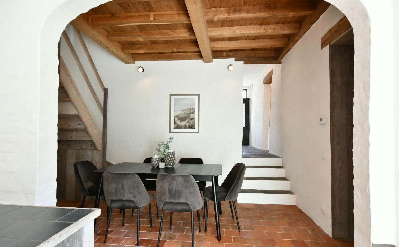 gezellig tafelen, styled by casa nova, landelijke woonkamers, eetkamerdesing, terracotta vloer, zwarte fluwelen stoelen, design stoelen