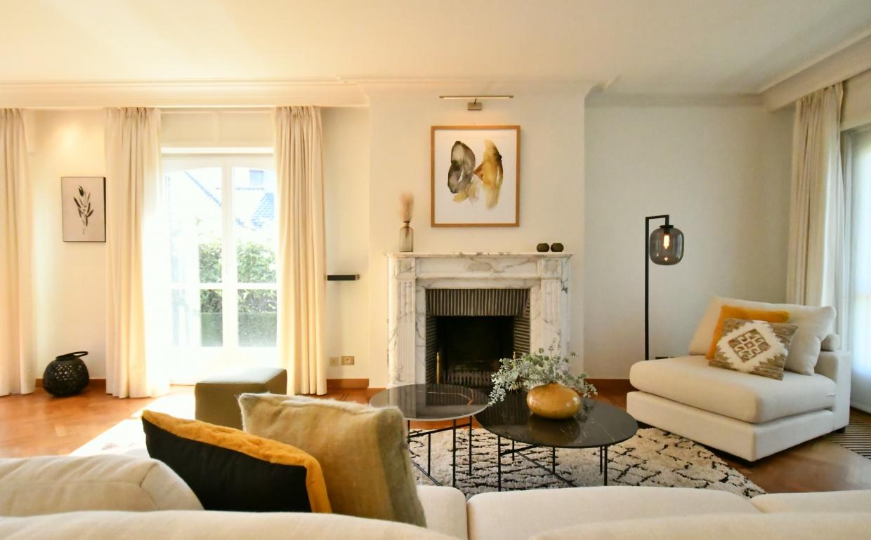 lounge zetel, oker in interieur, geel in interieur, beige zetel, luxe vastgoed, luxe interieur, livinginspiratie, casanova vastgoedstyling