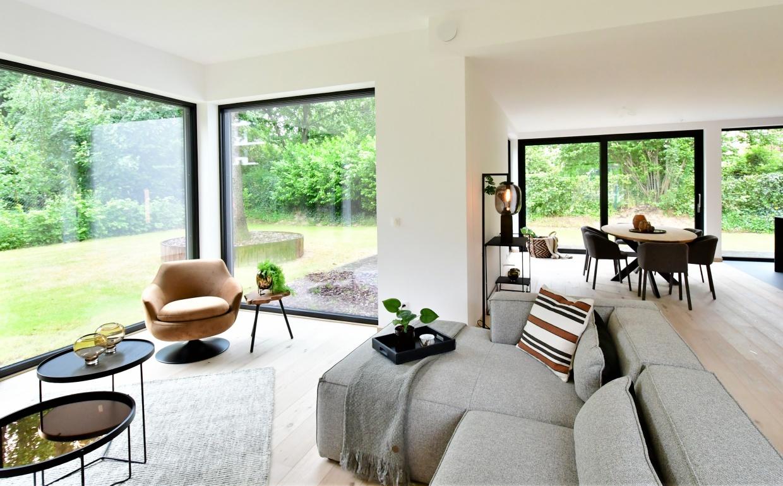 strak design interieur, cognac fauteuil, casa nova lifestyle, ronde salontafels, interieurdesign