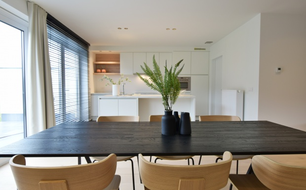 zwarte design tafel, design stoelen form, houten designstoelen, naturelle design stoelen, casa nova vastgoedstyling, hyboma
