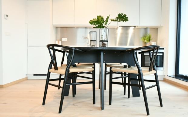 casa nova vastgoedstyling, homestaging, luxe vastgoed, Brussel, bexl, antoine hupin, property styling, design stoelen, wishbone stoelen , design chairs black, round table