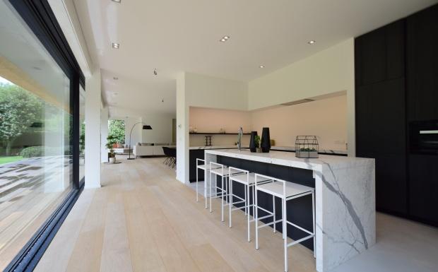 keukendesign, strakke keukens, witte keukens, vastgoed te gent, te koop gent, appartement te koop knokke, huisdokter, casanova vastgoedstyling, vastgoedstylist.be