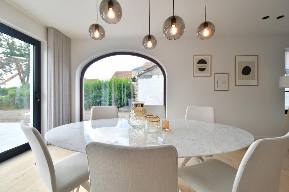 Tulip Knoll, marmeren tafel, stoffen stoelen, casa nova vastgoedstyling, danneels bouwkantoor